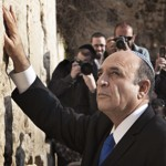 Le nouveau chef de Kadima, Shaul Mofaz, mercredi, devant le mur des Lamentations à Jérusalem.