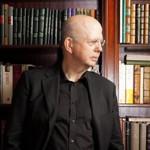 Devant sa bibliothèque. Patrick Buisson est passionné par l'histoire des mentalités.