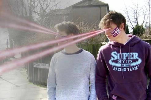 Ed et Ross, le visage peint, sont mis en scène dans une courte vidéo pour Aleks from Jump Off the Screen.