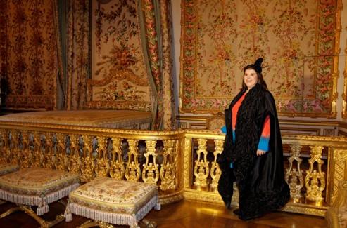 Joana Vasconcelos, dans la Chambre de Reine, à Versailles. (Photo François Bouchon/ Le Figaro)