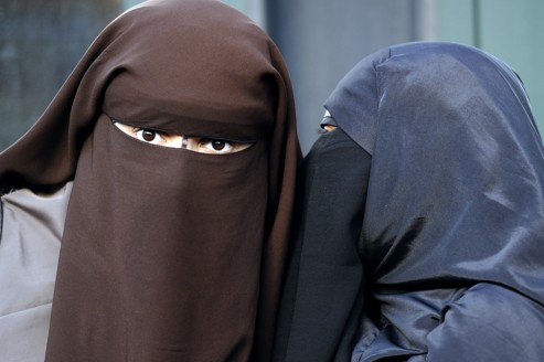 Femmes françaises portant la burqa.