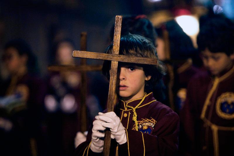 <b>Célébration.</b> La Semaine Sainte est indéniablement l'un des temps forts du calendrier religieux et festif en Espagne. Comme dans le reste de la Chrétienté, elle commence le dimanche des Rameaux pour finir le dimanche de Pâques. Durant ces festivités, se succèdent les processions composées de «Pasos» d'une valeur historique et artistique incalculable, qui parcourent, comme cet enfant, les rues les plus emblématiques de Ténérife ( îles Canaries), aux côtés des confréries dans une atmosphère d'authentique ferveur populaire. Ces pasos sont des exemples de l'imagerie et de l'orfèvrerie qui se sont développées dans les îles et à l'extérieur de celles-ci tout au long des cinq derniers siècles. Le Jeudi Saint, les chapelles des temples sont ouvertes afin de montrer les monuments eucharistiques, véritables joyaux de l'orfèvrerie des îles.