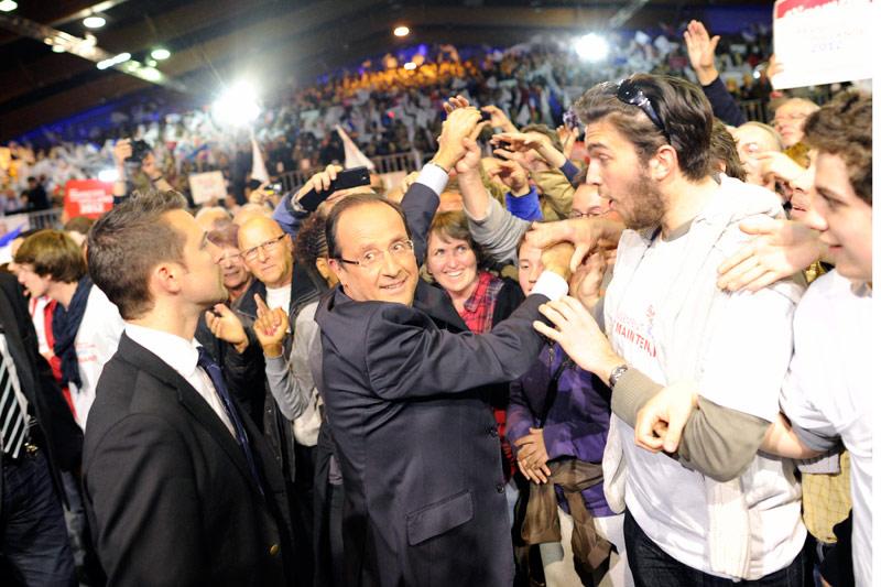 <b>Opération «réenchanter».</b> «Je suis venu vous dire ce que nous pourrons faire de grand, de juste, de durable pour notre pays.» Ainsi François Hollande a-t-il commencé son meeting hier soir à Rennes devant plus de 10.000 personnes en liesse. Il a notamment décliné la feuille de route de la première année de sa mandature, qu'il avait dévoilée, à la surprise générale, hier matin. Il a ainsi lancé le troisième temps de sa campagne après son discours du Bourget le 22 janvier, puis la présentation chiffrée de ses «60 engagements» le 26 janvier. Alors que Nicolas Sarkozy a divulguer son projet aujourd'hui, la publication de ce document de quatre pages permet à François Hollande de couper l'herbe sous le pied du président-candidat et de tenter de reprendre la main à moins de trois semaines du premier tour en insistant sur sa «cohérence» qu'il oppose à l' «improvisation» de son adversaire.