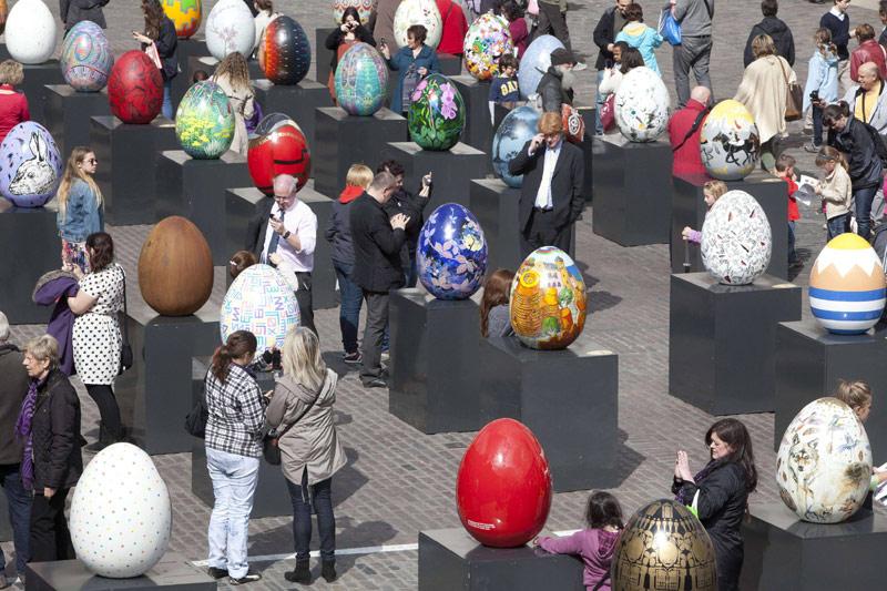 <b>«Big Egg Hunt».</b> Pendant 40 jours et 40 nuits, les chasseurs d'œufs ont eu et ont encore pour quelques jour une mission de taille: débusquer les 200 modèles Fabergé cachés dans des endroits stratégiques du centre de la capitale anglaise. Signes particuliers: ils mesurent 75 centimètres de haut et ont été dessinés et décorés par des artistes ou designers. Parmi lesquels Vivienne Westwood, les frères Chapman, Tommy Hilfiger, Diane von Furstenberg... Chaque œuf - une pièce unique qui sera ensuite vendue aux enchères chez Sotheby's - renferme un code qu'il suffit d'envoyer par texto. Ce sésame permet de postuler pour tenter de remporter le gros lot: l'œuf du jubilé, une pièce de haute-joaillerie ornée de diamants, d'une valeur de 150.000 euros. Tout le monde peut ainsi participer à cette chasse à l'œuf qui prendra fin le 9 avril prochain, jour du lundi de Pâques. L'intégralité des bénéfices sera reversée à des associations humanitaires, notamment en faveur des enfants défavorisés.