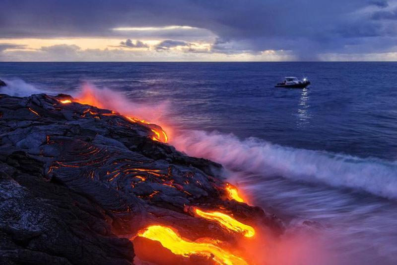 <b>Chaud froid.</b> C'est une scène hors du temps. Sans la silhouette doucement illuminée du petit navire qui croise à quelques mètres du bord, on pourrait se croire revenus aux temps géologiques. Comme il y a plus de 3 milliards d'années, le même combat se joue ici. Mais à beaucoup plus petite échelle, à l'image de cette coulée de lave du volcan Kilauea, à Hawaï, qui vient s'éteindre dans l'océan Pacifique. À chaque éruption, en effet, des milliards et des milliards de particules chimiques et minérales se déversent dans l'eau et apportent des nutriments essentiels à la vie de la flore et la faune marines. Mais aussi des poisons violents. Un véritable chaudron de sorcière...