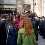 Des centaines d'élèves se sont rassemblés dans la petite cour de l'école.