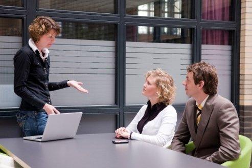 La proportion de salariés formés 100 % à distance baisse en effet de 2 points par rapport à 2011.