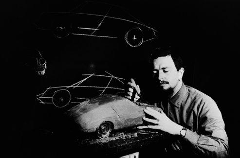 Ferdinand Alexander dit «Butzi» dessine la Porsche 911. DR.