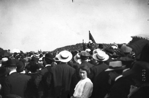 Jean-Jaurès, debout au centre, lors du rassemblement du 25 mai 1913 au Pré-Saint-Gervais. Crédits photo: Bibiothèque nationale de France.