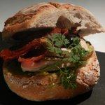 Au chaud dans le Pain Pain, unique et délicieux sandwich de Jeanne A, l'annexe d'Astier, du poulet pattes noires de Challans.