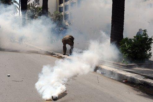 La manifestation de l'opposition organisée lundi à Tunis, a été dispersée par la police à coups de matraques et de gaz lacrymogènes.
