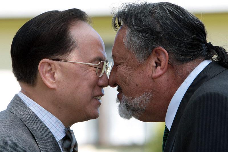 <b>Bonjour!</b> Quel que soit l'invité, les Maoris pratiquent le powhiri pour accueillir un étranger à leur communauté. Et Donald Tsang, cet homme politique hong-kongais en visite à Auckland n'a pas échappé à la tradition face à son hôte Pita Sharples, membre du parlement de Nouvelle-Zélande pour Tamaki Makaurau (Auckland City). Alors, ils ont effectué le rituel de bienvenue qui consiste en un hongi où l'on presse son nez contre celui d'une autre personne, les yeux fermés, front contre front et main dans la main en guise de salutations. Un signe qui correspond au mélange des souffles et représente l'unité. On le pratique souvent trois fois de suite: le premier contact permet de saluer la personne, le second est fait en reconnaissance des ancêtres et le troisième est une pression du nez et du front, dans le but d'honorer la vie.