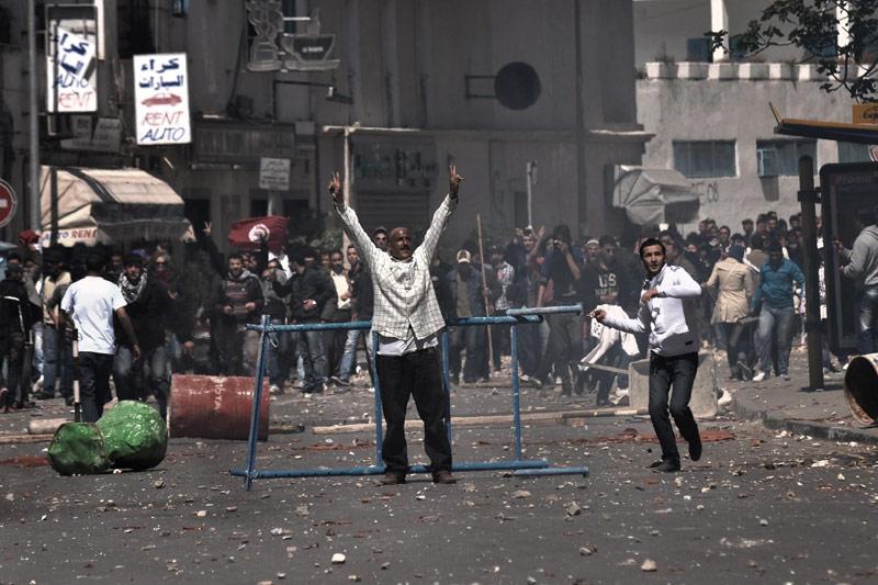 <b>Lundi noir.</b> La commémoration de la «journée des martyrs» en Tunisie, en souvenir de la répression sanglante par les troupes françaises d'une manifestation à Tunis le 9 avril 1938, a tourné à la violence, hier, dans le centre de Tunis, entre les policiers et les manifestants. Ces derniers réclamaient la réouverture de l'avenue Bourguiba, artère symbole de la révolution tunisienne, qui est interdite aux rassemblements à la suite d'une manifestation d'islamistes qui s'en étaient pris à des artistes. Pendant plusieurs heures, des Tunisiens incrédules ont ainsi assisté à des scènes inédites depuis plusieurs mois dans la capitale: fumée de lacrymogènes, charges à moto ou en camion de policiers casqués et armés de matraques, manifestants interpellés brutalement et même frappés. Au total, ces heurts ont fait au moins 15 blessés côté manifestants, selon des sources hospitalières, et 8 dans les rangs des policiers, selon le ministère de l'Intérieur.