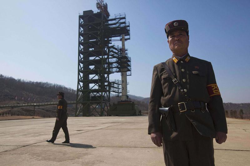 <b>Missile déguisé?</b> L'annonce par la Corée du Nord du lancement imminent d'une fusée Unha-3, à Tongchang-Ri dans le nord-ouest du pays, met toute la région sur ses gardes. La Corée du Sud, le Japon et les Philippines sont ainsi en alerte maximale après la condamnation de cet essai par la communauté internationale qui y voit un tir déguisé de missile balistique en infraction des résolutions de l'ONU. Selon les autorités nord-coréennes, le lancement est prévu entre jeudi et lundi et doit permettre la mise en orbite d'un satellite d'observation terrestre. Un projet qui coincide avec le centenaire de la naissance du fondateur de la République populaire démocratique de Corée, Kim Il-Sung, né le 15 avril 1912. La Corée du Nord a invité des dizaines de correspondants étrangers - officiellement entre 150 et 200 - à proximité du pas de tir de la fusée. À Pyongyang, un grand écran a été installé dans un centre de presse international flambant neuf pour permettre, apparemment, aux journalistes de suivre le tir en direct.