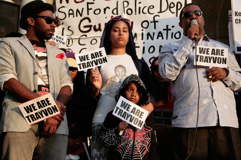 <b>Officiellement inculpé.</b> Les manifestations se sont succédées aux États-Unis pour réclamer justice pour Trayvon Martin, comme, ici, le 9 avril à Los Angeles. Et elles ont obtenu gain de cause. Car la justice américaine vient d'engager des poursuites pour meurtre contre George Zimmerman, l'homme qui a tué ce jeune noir, un mois et demi après sa mort en Floride. Cette annonce a ravi la famille de la victime, qui demandait que le meurtrier présumé soit arrêté depuis plusieurs semaines. «Nous voulions tout simplement une arrestation, rien de plus, rien de moins. (...) Et c'est ce que nous avons eu. Merci Seigneur, merci Jésus», a déclaré la mère, Sybrina Fulton, depuis Washington. De son côté le nouvel avocat de George Zimmerman, Mark O'Mara, a déclaré que son client est «soucieux de voir que l'État a décide de le poursuivre». «Sa préoccupation est qu'il puisse avoir un procès équitable», a-t-il ajouté. L'avocat a par ailleurs précisé que son client allait plaider non coupable et qu'une audience était programmée jeudi.
