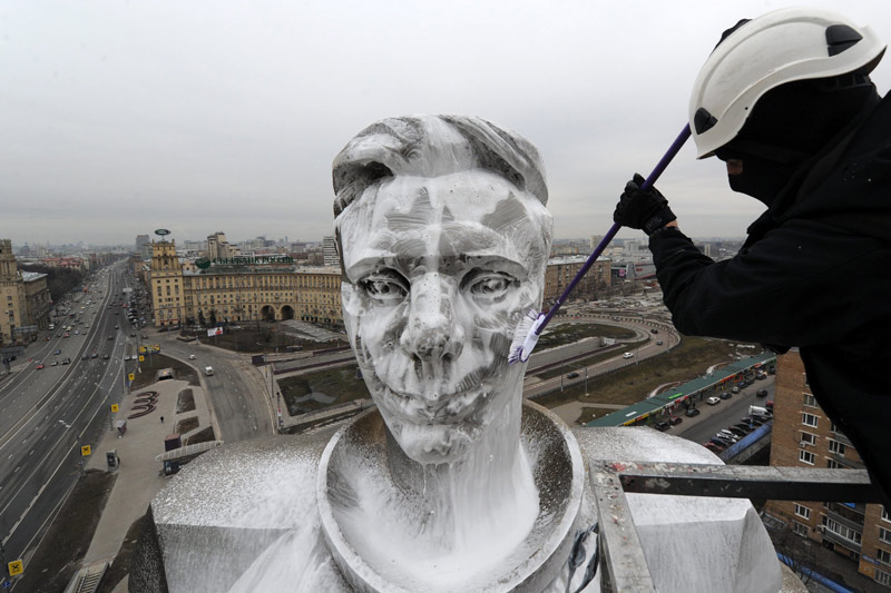 <b>Coup de balai.</b> Youri Gagarine a besoin d'un grand nettoyage. Car la statue du premier homme envoyé dans l'espace, il y a tout juste 51 ans, a souffert de la pollution à Moscou, en Russie. À 27 ans, le cosmonaute soviétique Youri Gagarine est le premier homme à effectuer un vol dans l'espace. Il s'envole de la station spatiale de Tyura-Tam à 9h07 à bord de la fusée Vostok 1. 108 minutes plus tard, il a accompli une révolution complète autour de la Terre et atterrit en Sibérie. Après le lancement du premier satellite «Spoutnik» le 4 octobre 1957, les Russes ont ainsi pris une avance décisive dans la course à l'espace qui les oppose alors aux Américains