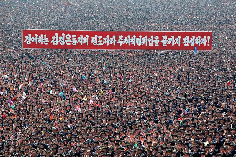 <b>Cherchez Kim!</b> Le 9 avril, des dizaines de milliers de Coréens se sont rassemblés pour l'inauguration d'un portrait géant en mosaïque de l'ancien leader Kim Jong-il, mort en 2011. Lors de ce happening de masse, fondre en larme de concert avec son voisin était de rigueur et agiter dans les airs des fleurs roses, préalablement distribuées, était vivement conseillé. Sur l'immense bannière rouge semblant flotter sur la foule compacte, on peut lire un message incitant à poursuivre la révolution sous le règne de son fils, le «camarade» Kim Jong-un. Le gouvernement nord-coréen poursuivait les préparatifs de lancement, prévu entre le 12 et le 16 avril, d'une fusée, suspectée d'être un missile interbalistique, malgré les avertissements des États-Unis et du Japon.
