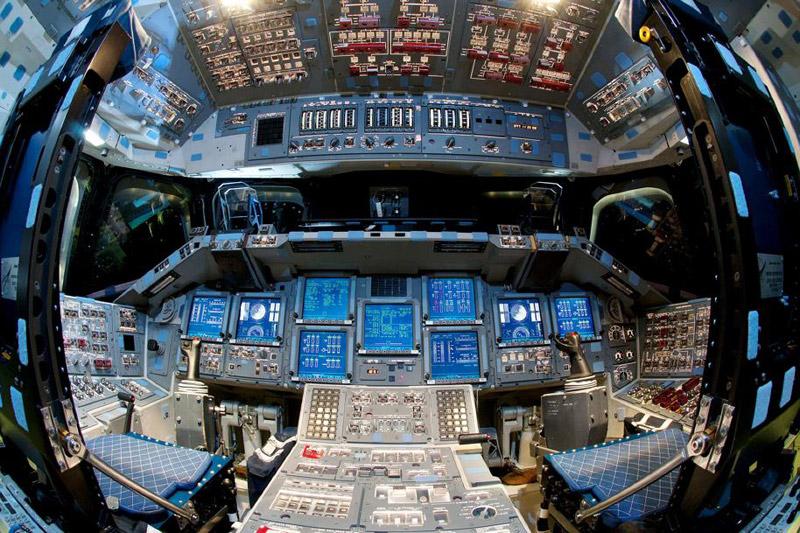 <b>Vers l'infini...</b> Une dernière fois ou presque, les lumières de la myriade de bouton s'allument et clignotent. Les écrans de contrôle démarrent et indiquent les multiples informations relatives à l'état du vaisseau. Pour le profane, ce n'est qu'un tableau de bord alambiqué et indéchiffrable mais, pour certains astronautes, ce cockpit illuminé est celui d'Endeavour, qui les aura emmenés dans les étoiles. La célèbre navette américaine, baptisée d'après le nom du navire de l'explorateur britannique James Cook, sera désormais exposée au California Science Center de Los Angeles, où les curieux pourront le visiter de fond en comble. En service de 1992 à 2011, elle a effectué 25 missiobs au total et accueilli à son bord plus d'une centaine de cosmonautes.