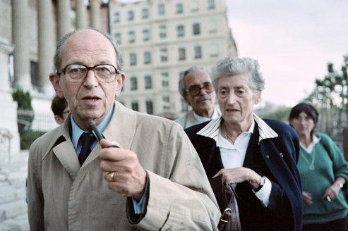Raymond Aubrac, accompagné de sa femme Lucie, lors du procès Barbie à Lyon en juin 1987.