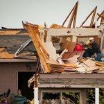 Des habitants de Creston dans l'Iowa inspectent les dégâts.