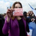 Carla Bruni-Sarkozy, dimanche, place de la Concorde à Paris.