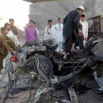 Cet homme inspecte ce qu'il reste de cette voiture utilisé par un taliban dans l'attaque de Jalalabad.