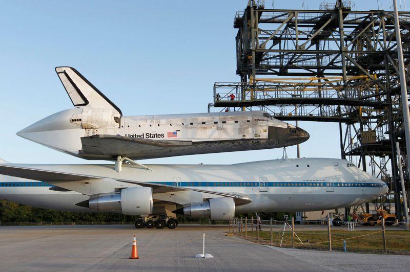 <strong>Dernier vol.</strong> La navette spatiale Discovery quittera pour la dernière fois le Centre spatial Kennedy, ce mardi en Foride, sur le dos d'un avion modifié qui l'emmènera à Washington. L'appareil qui transportera la plus ancienne des navettes spatiales américaines quittera Cap Canaveral à l'aube et effectuera un court vol d'adieu circulaire au-dessus du Centre spatial avant de se diriger vers le nord. Elle séjournera par la suite au Musée Smithsonian, de Washington. Des travailleurs du Centre spatial Kennedy se sont rassemblés, lundi, avant d'être photographiés devant Discovery une dernière fois. Les six astronautes qui ont été les derniers à voyager à bord de Discovery, en mars 2011, étaient aussi sur place lors d'une cérémonie qui a suscité des moments émouvants. Discovery, qui a été envoyée dans l'espace 39 fois, est la première des trois navettes restantes de la NASA à être confiée à un musée. Son premier vol a eu lieu en 1984.