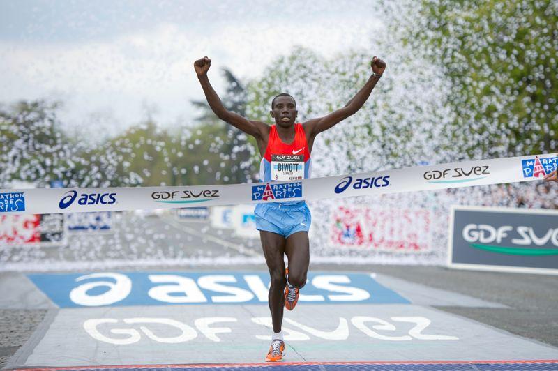 <strong>Le roi à Paris.</strong> Favori sur la ligne de départ, le Kenyan Stanley Biwott a assumé son statut en s'adjugeant dimanche matin le 36e Marathon de Paris. Avec un chrono de 2h05'10'' pour couvrir les 42,195 km, Biwott s'offre du même coup, à la moyenne de 20,22 km/h, un nouveau record de l'épreuve, détrônant celui de Vincent Kipruto en 2009 (2h05''47). A 26 ans, le lauréat 2012 s'impose comme le roi de Paris puisqu'il signe un doublé après sa victoire dans la capitale le 4 mars dernier sur le semi-marathon. Dans la fraîcheur, et malgré un vent très fort, Biwott s'est envolé, seul, aux alentours du 30e kilomètre, pour lâcher inexorablement ses deux derniers adversaires éthiopiens, Sisay Jisa (2e) et Raji Assefa (3e) qui complètent le podium. «Je me sentais vraiment bien dans la première partie. Je savais qu'il y avait une forte opposition, mais c'est quand je suis parti (au 30e km) que j'ai compris que je pouvais gagner», a déclaré Biwott.
