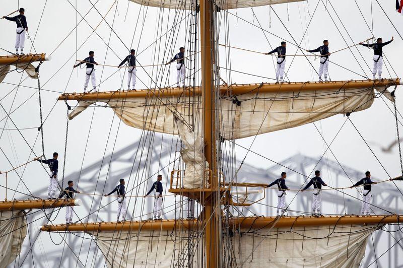 <strong>Dans les airs.</strong> Les membres de l'équipage du bateau <i>Le Guayas</i> n'ont pas peur du vide et se sont installés près du mât, dans le port de la Nouvelle-Orléans (États-Unis). Le ministère de la Défense équatorienne, son propriétaire, a fait construire ce trois-mâts barque en 1977. Il porte le nom du principal fleuve de l'Équateur et du chef de la tribu précolombienne des Huancavilca, qui vivaient dans la région de Guayaquil (son port d'attache). Ces 80 cadets de l'Ecole supérieure navale, encadrés par 60 officiers et marins, y reçoivent leur instruction finale avant d'intégrer la Marine équatorienne. Cette semaine des festivités sont organisées à l'occasion de la commémoration du bicentenaire de la guerre de 1812 à la Nouvelle-Orléans.
