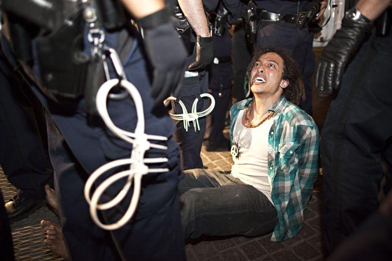 <strong>Arrestations.</strong> Des protestataires membres du mouvement de contestation pacifique «Occupy Wall Street» ont été arrêtés par des policiers devant la bourse de New York mardi dernier. Depuis le début du mouvement qui a débuté en septembre 2011, un vent de révolte a mobilisé la jeunesse mondiale, balayant certaines grandes capitales du sud de l'Europe et les grandes villes d'Amérique du Nord. «Occupons Wall Street» entend dénoncer les abus du capitalisme financier. La «mobilisation populaire» a commencé par un appel sur les médias sociaux et conteste le fait que 1% de la population la plus riche, contrôlent 99 % des richesses de la planète. «Ce que nous avons tous en commun, c'est que nous sommes les 99 % qui ne tolèrent plus l'avidité et la corruption des 1 % restant.».Selon Adbusters, un des premiers organisateurs des manifestations, le principal objectif de la protestation est de demander au président Barack Obama «d'ordonner une commission présidentielle pour mettre fin à l'influence que l'argent a sur la représentation à Washington».