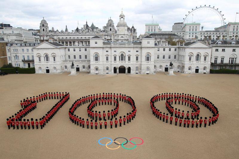 <strong>Compte à rebours.</strong> Les gardes de la reine ont formé un immense «100», devant le Horse Guards Building à Londres, pour marquer le début du compte à rebours avant le coup d'envoi des Jeux Olympiques. Cent jours très exactement avant d'accueillir ses troisièmes Jeux olympiques d'été, la capitale britannique a enchaîné mercredi célébrations, épreuves-tests des installations sportives et déclarations rassurantes sur la sécurité de l'événement et la fiabilité des transports. Pour cette édition, c'est la reine Elizabeth II qui se chargera d'ouvrir le bal. À 100 jours de l'ouverture, le slogan des organisateurs a d'ailleurs été dévoilé: «inspirer une génération». Et pour cette génération, aucune limite n'est apparemment de mise: le budget initialement annoncé à 3 milliards d'euros pendant la candidature pourrait finalement atteindre plus de 10 milliards d'euros!