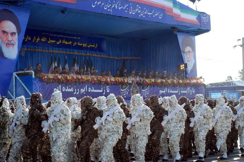<strong>Défilé.</strong> Chaque année, en avril, l'armée iranienne organise une parade militaire. Et 2012 n'a pas fait exception à la règle. Une nouvelle fois, ces soldats iraniens ont participé à une gigantesque procession en treillis, mardi 17 avril à Téhéran, pour démontrer la force de l'armée iranienne. Comme de juste certains ont même défilé en uniforme de camouflage devant des responsables militaires. Le président Mahmoud Ahmadinejad était également présent et a profité de l'occasion pour déclarer que «l'armée ferait regretter à ses ennemis toute forme d'agression».