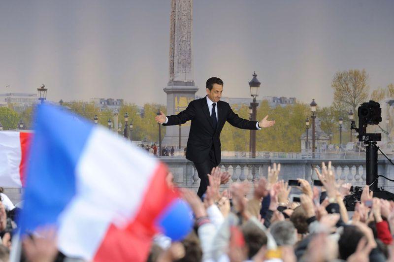 <strong>À la Concorde.</strong> Plus que six jours pour convaincre. Alors, les candidats à l'élection présidentielle ont jeté ce week-end leurs derniers feux dans la bataille. Dimanche à Paris, Nicolas Sarkozy a réuni des dizaines de milliers de sympathisants place de la Concorde, lieu symbole de la droite, où lui-même avait fêté sa victoire en mai 2007. Dans un discours d'à peine plus de trente minutes, le président candidat s'est adressé, comme il l'avait annoncé, «à la France silencieuse». «Vous êtes les porte-parole de ceux qui n'ont jamais la parole, de ceux qui ne demandent jamais rien, qui ne se plaignent jamais, mais qui sont fiers de la France, fiers de sa culture, fiers de sa langue, fiers de son identité», a-t-il notamment déclaré. Plus de 100.000 personnes, selon le patron de l'UMP, Jean-François Copé, sont venues se joindre à la «marée tricolore». En fin de journée, un message de l'équipe de campagne diffusé sur le compte Twitter de Nicolas Sarkozy évoquait la présence de «150 000 Français».