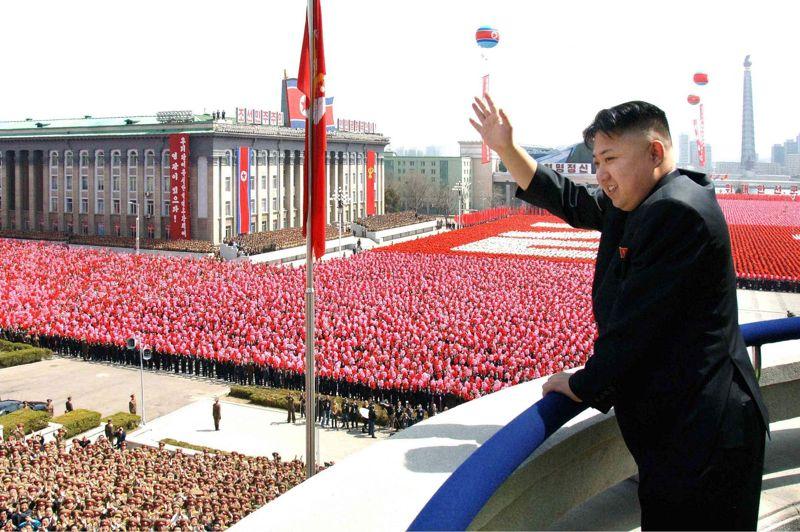 <strong>Discours public.</strong> Pour la première fois, les Coréens du Nord ont entendu en direct la voix de leur nouveau dirigeant suprême, Kim Jong-un. Dans son premier discours à la Nation avant le grand défilé militaire qui a marqué, dimanche 15 avril, <a href=''http://www.lefigaro.fr/international/2012/04/15/01003-20120415DIMWWW00051-la-coree-du-nord-celebre-les-100-ans-de-son-fondateur.php'' target=''''>la commémoration du centième anniversaire de la naissance de Kim Il-sung</a>, le «respecté dirigeant» a déclaré que son pays n'avait plus à craindre d'être menacé par une attaque nucléaire, deux jours après le tir d'une fusée qui a soulevé un concert de protestations dans le monde. «La supériorité militaire et technologique n'est plus aux mains des seuls impérialistes. L'époque où nous étions menacés d'une attaque nucléaire est désormais révolue» a-t-il affirmé. La voix posée mais sans passion, Kim Jong-un s'exprimait de la tribune dominant la place Kim Il-sung sous les clameurs de l'assistance. Devant lui, des centaines de soldats en grande tenue et de civils armés de bouquets roses et mauves en plastique, s'alignaient avec la plus grande rigueur sur le site des grands rassemblements du régime. Les cérémonies ont commencé par 21 coups de canon. Puis le leader s'est, pour la première fois, adressé à son peuple.