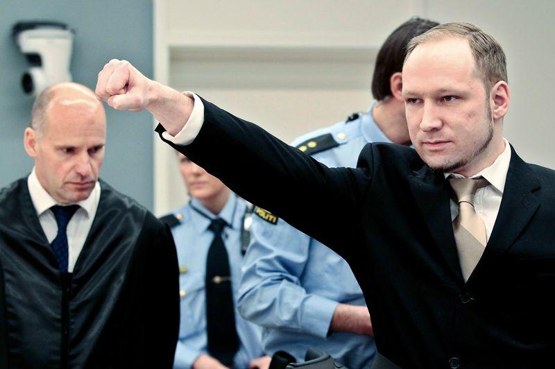 <strong>Sans remords.</strong> Anders Behring Breivik a refusé de reconnaître l'autorité de la justice norvégienne lundi et plaidé non coupable à l'ouverture de son procès pour le massacre de 77 personnes à Oslo et sur l'île d'Utoya le 22 juillet 2011. L'extrémiste de droite, militant islamophobe, qui se définit comme un «templier» au service de la Norvège en lutte contre les périls du «multiculturalisme», entend rejeter sa culpabilité au cours des audiences. Il espère transformer son procès en tribune pour la défense de ses idées. Le tueur est arrivé sous bonne escorte dans la salle d'audience, affichant à plusieurs reprises un sourire suffisant lorsque les gardes lui ont retiré ses menottes, puis serrant le poing droit sur son cœur avant de tendre son bras en guise de salut. «Je ne reconnais pas les tribunaux norvégiens. Vous avez reçu votre mandat de partis politiques qui soutiennent le multiculturalisme», a-t-il déclaré. «Je ne reconnais pas l'autorité de cette cour.» «Je reconnais les faits, mais je ne suis pas pénalement coupable parce que je plaide la légitime défense», a-t-il ajouté.