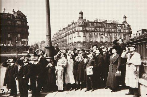 Le grand photographe Eugène Atget immortalisa les foules de Parisiens se pressant pour observer le fugace passage de la Lune devant le Soleil.