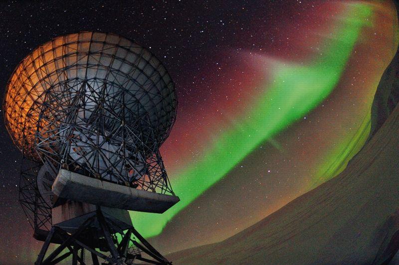 Signes d'une intense activité aurorale, des flammèches violines irradient le ciel. Au même moment, les radars de la base de recherche d'Eiscat de Longyearbyen, au Spitzberg, envoient un faisceau d'ondes dans les hautes couches de l'atmosphère.