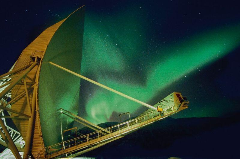 Grande comme un terrain de football, l'antenne de la base scientifique Eiscat, en Norvège, capte des données sur les aurores.