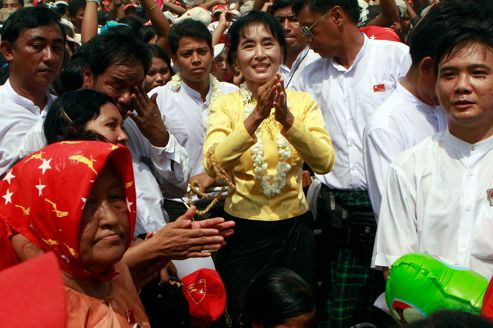 Aung San Suu Kyi pendant sa visite du quartier pauvre de Kawhmu dans la capitale birmane.
