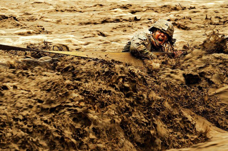 <strong>Traversée photogénique.</strong> Tous les photographes le savent: lesmeilleurs portraits sont ceux qui ne sont pas posés, quand le sujet oublie l'objectif. Ce qui est plus facile à obtenir sur un terrain militaire que lors d'un réveillon en famille. Prenez par exemple ce cliché: chargé d'entraîner l'armée nationale afghane, le sergent Patrick Reynolds, du 182e bataillon américain d'infanterie,pense ici à tout autre chosequ'à lapropreté de ses lunettes ou à faire risette à son copain photographe. Accroché à la courroie d'une dépanneuse, il se concentre sur la traversée des torrents de boue que charrie une rivière en crue. Et le résultat donne un excellent portrait, récemment couronné 2e prix de la photomilitaire 2011.