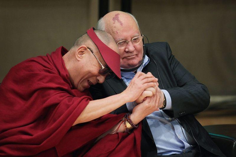 <strong>Un cercle très privé.</strong> Le Dalaï Lama et l'ancien président Russe Mikhail Gorbatchev, le 25 avril dernier, lors du Sommet Mondial des Lauréats du Prix Nobel pour la Paix. La cérémonie se tenait à Chicago, dans l'état de l'Illinois, aux États-Unis. Créé en 1999 par Mikhail Gorbatchev, l'évènement a pendant 8 ans été accueilli par la ville de Rome et consiste en un rassemblement de tout les lauréats de cette prestigieuse récompense. On y débat des problèmes géopolitiques contemporains: en 2008, le Dalai Lama avait requit l'aide de Mr Gorbatchev pour tenter la crise du Tibet.