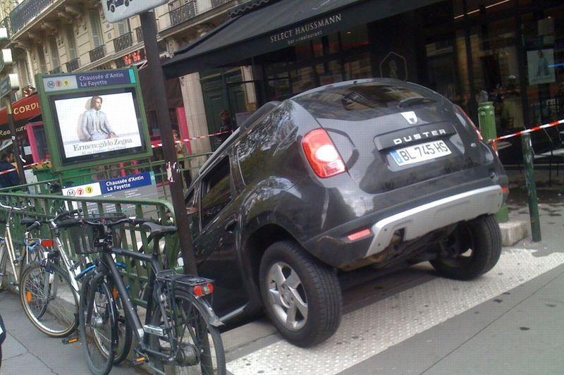 <strong>Auvergnat.</strong> Une mauvaise pub pour les écoles de conduite d'Auvergne. Cet automobiliste a confondu une entrée de parking… avec une bouche de métro. Il n'aura ainsi pas remarqué le trottoir, ainsi que les usagers qui empruntaient les escaliers de la station Chaussée d'Antin Lafayette, dans le 9e arrondissement de Paris. L'incident n'a pas fait de blessés. L'homme a confié au <i>Figaro</i>, dont les locaux se trouvent à proximité, l'origine de cet incident insolite: «Il y a un panneau parking juste avant qui m'a induit en erreur».