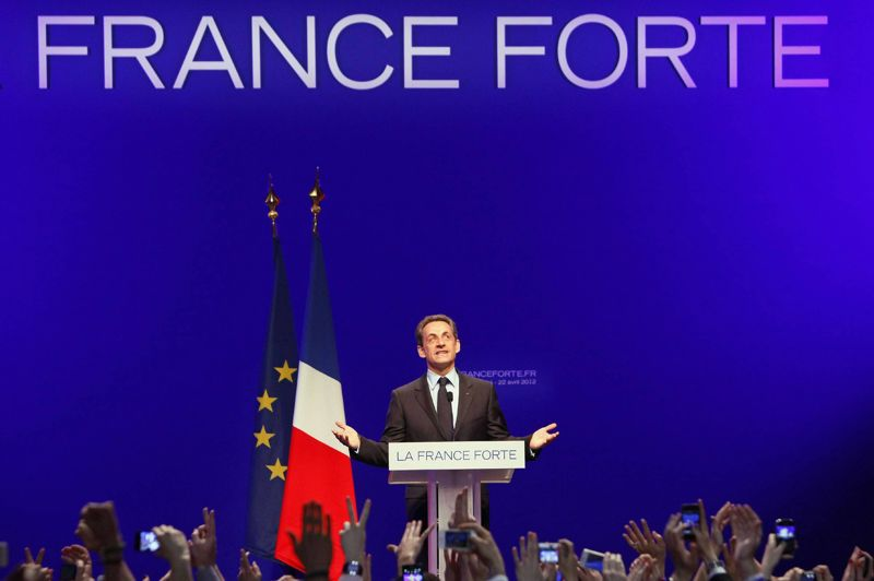 <strong>Nicolas Sarkozy.</strong> Avec 27,18% des voix, le président sortant arrive second de ce premier tour de l'élection présidentielle. Mais en déjouant une nouvelle fois tous les sondages dont certains l'annonçaient à 22-23% -, le candidat de l'UMP conserve toutes ses chances de réitérer son mandat. Devant ses militants réunis hier soir à la Mutualité (Paris V), il a une fois de plus proposé la tenue de trois débats lors de l'entre-deux tours. Cette modification des coutumes de la Ve république se justifierait selon lui par la crise sans précédent que connait la France, mais aussi pour obliger François Hollande à «sortir de sa planque», dixit Jean-François Copé.