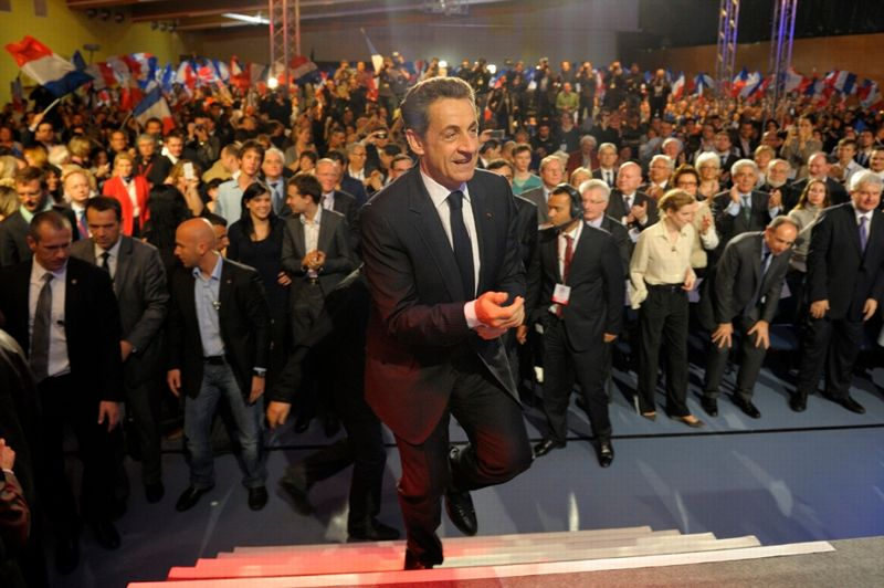 <strong>Légitime défense.</strong> Nicolas Sarkozy a reçu jeudi à la mairie du Raincy une délégation de policiers en colère après la mise en examen pour homicide volontaire de l'un des leurs en Seine-Saint-Denis, a annoncé son entourage. La rencontre, qui n'était pas publique, était en cours vers 14 heures. Auparavant, le président-candidat s'était déclaré favorable à une «présomption de légitime défense» pour les policiers. Son rival socialiste, François Hollande, devait lui aussi recevoir à 17h30 à son QG de campagne parisien «une délégation de policiers et de leurs représentants.