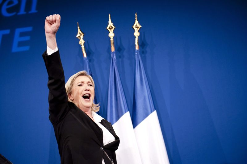 <strong>Marine Le Pen.</strong> Les premières estimations lui donnaient, à la hausse, 20% des voix. Marine Le Pen réalise tout de même un score historique dans l'histoire de son parti: 17,90% des suffrages. La présidente du Front National a partagé sa victoire avec ses militants, et leur a donné rendez-vous le 1er mai pour exprimer la stratégie qu'elle souhaite adopter pour le second tour. Gilbert Collard, avocat et proche de Marine Le Pen a, quant a lui, annoncé sur France 2 que le Front National représentait désormais la «nouvelle droite» du pays. Un parti qui jouera bel et bien les arbitres de la suite de l'élection présidentielle.