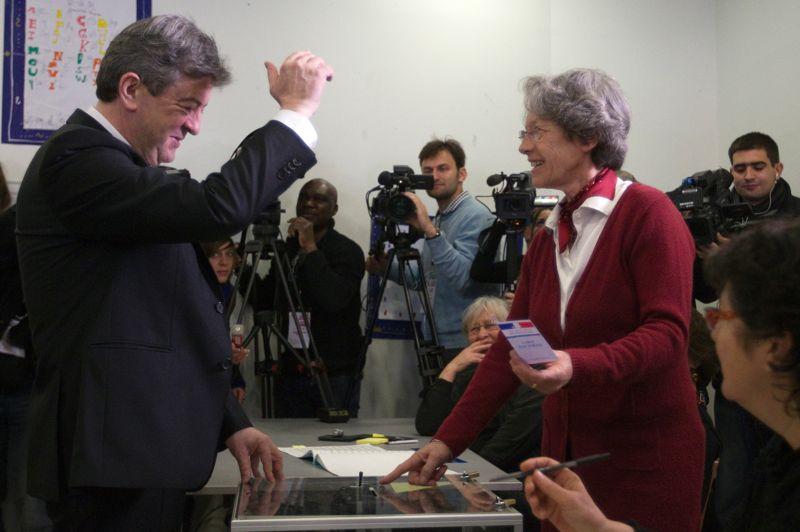 <strong>Jean-Luc Mélenchon.</strong> Lui aussi a fait mentir les sondages, mais pas dans le sens où il l'espérait. Alors que certains instituts lui octroyaient le score de 17%, Jean-Luc Mélenchon ne réalise qu'un score de 11,13%. Un soulagement pour François Hollande qui redoutait un siphonage de ses voix par le Front de Gauche. Sans surprise, le candidat de la gauche dure a immédiatement appeler à «battre Nicolas Sarkozy», sans prononcer directement le nom du candidat du Parti Socialiste, parti avec qui il ne souhaite aucune négociation. Et tant pis pour les millions de personnes ayant voté pour lui.