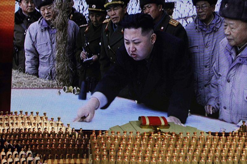 <strong>Adoration.</strong> Des chanteurs rigoureusement alignés chantent à la gloire du régime de Kim Jong-un, le leader du pays, dont des photos sont projetés sur un écran géant derrière eux.La Corée du Nord, engagée dans un bras de fer avec la communauté internationale sur son programme nucléaire pour lequel l'Etat communiste préparerait un nouvel essai, a marqué mercredi le 80e anniversaire de la création de son armée. Créée pendant la Seconde Guerre mondiale, l'armée nord-coréenne, qui compte plus d'un million d'hommes, est la 4e armée du monde.