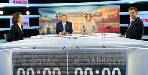 <strong>2007, les enfants de la télé. </strong>Ses conseillers lui ont demandé de ne pas écraser son adversaire. Nicolas Sarkozy se contraint, déjoue, pour éviter la faute de carres. «Tout se tient, tout se tient», répète Ségolène Royal. Crédits photo: SIPA<strong></strong>