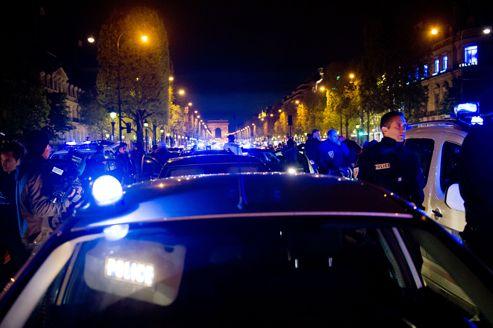 Des policiers manifestent sur les Champs-Élysées après s'être vu refuser l'accès au ministère de l'Intérieur, le 25 avril 2012