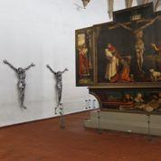 Christ d'acier à l'ombre du retable